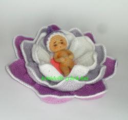 малыш в цветке.jpg