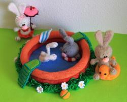 Зайцы в бассейне.
